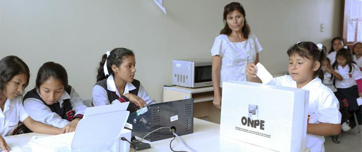 ONPE implementó por primera vez en el 2016 el voto electrónico presencial en universidades y colegios