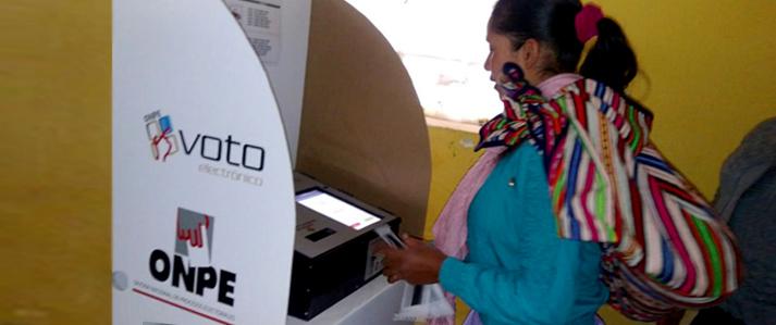 Electores de Ucayali y Ayacucho demuestran que sufragar con voto electrónico es rápido y fácil